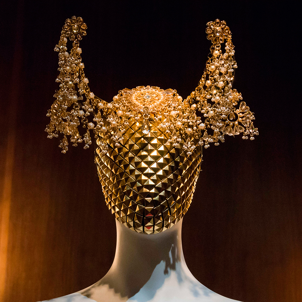 Savage-Beauty-2015-ALEXANDER-MCQUEEN-exhibition-4.jpg